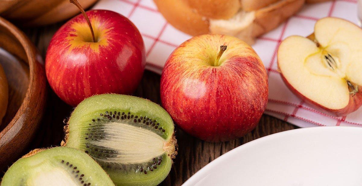 manzanas y kiwis saludables